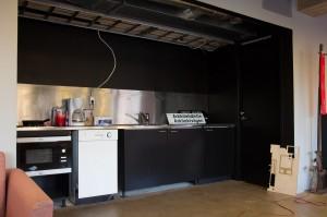Kiltis - tummanpuhuva keittiö työn alla