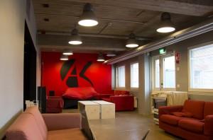 Kiltahuone punaisine sohvineen.